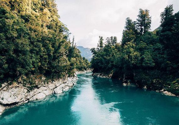 A Hokitiki-tó páratlanul kék vize lélegzetelállító látványt nyújt, így nem csoda, hogy a tehetséges fotóst is megihlette.