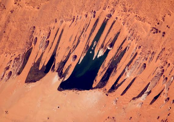 A csádi Ounianga-tavak 18, egymással láncszerű kapcsolatban lévő tavat foglalnak magukban a Szahara sivatag száraz Ennedi régiójában.