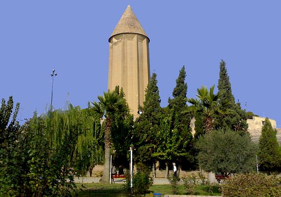 Az iráni Gonbad-e Qābus nevű síremléket 1006-ban emelték Qābus Ibn Voshmgir uralkodónak.