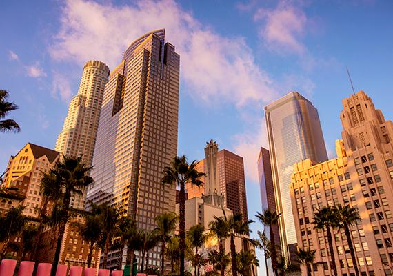 Az ötödik Los Angeles, jóllehet, az amerikaiak legközkedveltebb úti céljai közé tartozik. Egy turista például azt írta róla, hogy a város tele van goromba, nem készséges emberekkel, akik megpróbálnak sokakat átverni.