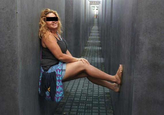 A berlini holokauszt-emlékműnél is gyakorta készülnek tiszteletlen fotók. A képen szereplő csak egy közülük.