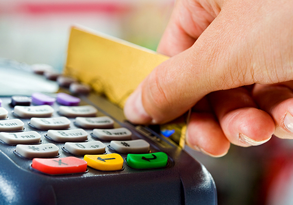 Ha bankkártyával fizetsz kisebb üzletben, nagyon figyelj, elterjedt módszer ugyanis, hogy az eladó fizetés közben telefonálást színlelve lefotózza a kártyád, melyet szakértő kezek akár le is másolhatnak így a későbbiekben. A módszerről ide kattintva olvashatsz bővebben.