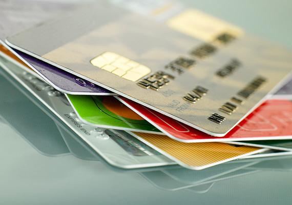 Ha külföldre utazol, és ott használni szeretnéd bankkártyádat, hívd fel a bankodat, és értesítsd őket az utazás tervezett céljáról és időpontjáról, a külföldi tranzakció ugyanis gyanús is lehet számukra, ha pedig nem tudnak elérni, akár zárolhatják is a kártyádat. Ha többet szeretnél tudni az ilyen esetekről, kattints ide!