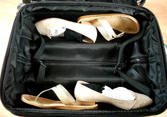 Ha szeretnél helyet spórolni a bőröndben, érdemes kihasználni a cipők belseje jelentette üres helyet is.