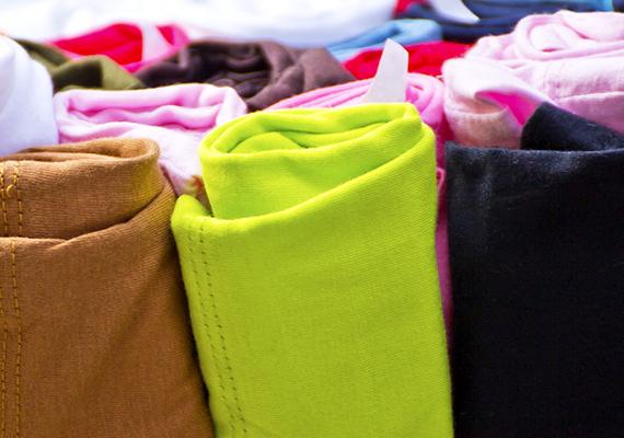 Ha nem férsz el a bőröndödben, semmiképpen se gondolkozz azon, hogy még egyet magaddal viszel - ez nemhogy nem praktikus, de plusz költségeket is jelenthet -, próbáld ki előbb, változik-e a helyzet, ha ruháidat nem egymásra pakolva, hanem gurigaszerűen feltekerve pakolod be. Ha hiszed, ha nem, ezzel rengeteg helyet spórolhatsz meg.