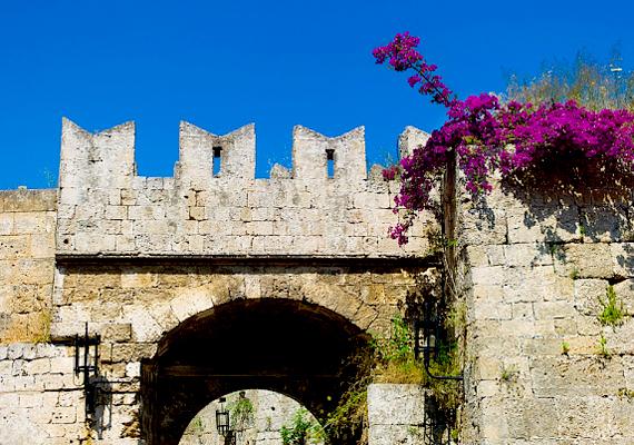 Barátságos helyiek, gyönyörű partok, forgalmas klubok, bárok és sokféle ember: a tapasztalatok szerint a görög Rodoszon sem nehéz ismerkedni.
