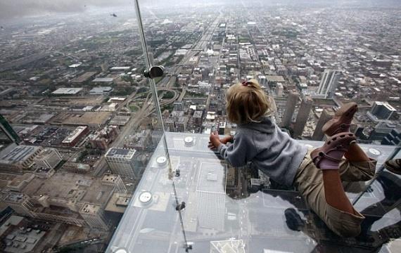A természeti csodákon túl a Chicagóba látogatók akár a város fölött is tehetnek néhány lépést. A Willis Tower nevű 110 emeletes felhőkarcoló oldalán ugyanisnégyszáz méteres magasságból egy szédítő üvegdobozból tekinthetsz a városra.