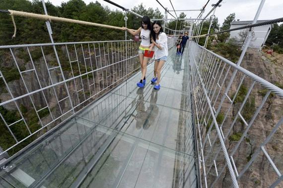 Még az is nehezen megy végig az üvegpadlós hídon, akinek egyébként semmiféle tériszonya nincs. Nem véletlen ez a megingás: a Haohan Qiao elnevezésű híd 180 méteres szédítő magasságban ível át a Hunan tartománybeli geopark egy szakadékán.
