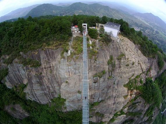 Háromszáz méteres hosszúságával pedig ez számít a világ leghosszabb üvegpadlós hídjának. A félelmetes külső ellenére a padló a biztonság érdekében dupla rétegű, és körülbelül 25-ször erősebb egy átlagos ablaküvegnél.