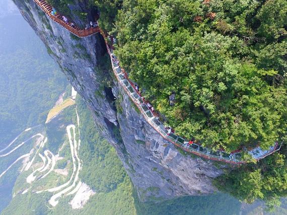 Szintén a kínai Hunan tartományban, méghozzá a Tianmen-hegységben építették meg azt az üvegpadlós sétányt, amely a Tekeredő sárkány-sziklát öleli körül 1400 méteres, lélegzetelállító magasságban.