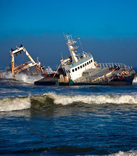 Csontváz-part, Namíbia  A hajóroncsokkal és állati csontok maradványaival tarkított namíbiai Csontváz-part nem véletlenül kapta nevét, sokan elátkozott helynek tartják, sőt, az őslakosok szerint Isten is csak haragjában teremtette, míg más források a pokol kapujaként emlegetik. A helyet szélsőséges időjárási körülmények jellemzik, maga a környezet azonban félelmetességével együtt is lenyűgöző: a természet fékezhetetlen erői mutatkozik meg benne.  Kapcsolódó címke: Félelmetes hely »