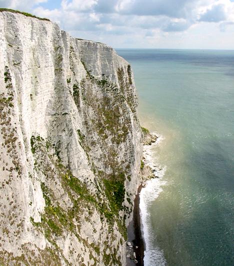 Dover fehér sziklái, Anglia  Dover csodaszép, fehér mészkősziklái a Doveri-szoros büszkeségei. Anglia kapujaként is említik őket - a szigetország ugyanis itt van a legközelebb a szárazföldi Európához -, emellett az Albion - jelentése fehér - név is nekik köszönhető.  Kapcsolódó galéria: A világ legszebb tengerpartjai »