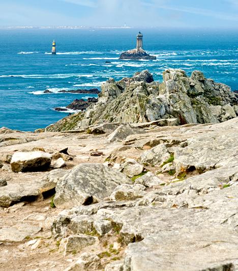 Finistere, FranciaországBretagne-ban található Finistere, a szárazföldi Franciaország legnyugatibb területi egysége. Neve a latin Finis Terrae szóból ered, melynek jelentése: a világ vége. A környék bámulatos tengerpartjai mellett híres a breton nyelv és kultúra megőrzéséről is. A képen Finistere híres kiszögellése, a Pointe du Raz látható.Kapcsolódó cikk:Nézd meg képeken a világ végét! »