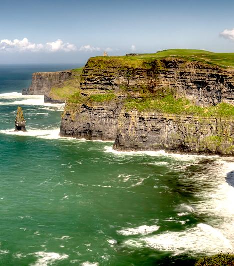 Moher-sziklák, ÍrországA Moher-sziklák Írország talán leglátványosabb természeti képződményeit jelentik, melyek a nyugati partok mentén, Doolin település közelében találhatók. A fenséges, szinte teljesen függőleges, hatalmas sziklafalaktól tiszta időben akár húsz-harminc kilométerre is ellátni a távolba.