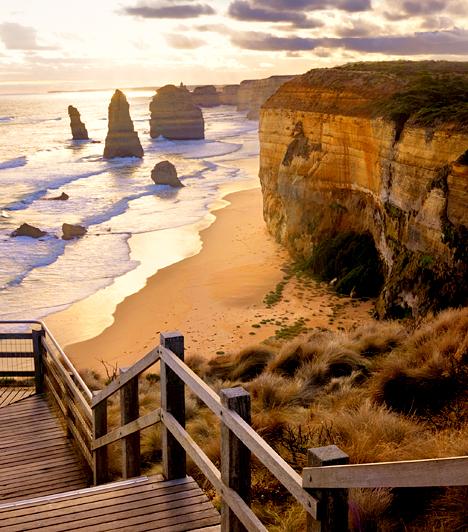Great Ocean Road, Ausztrália  Az ausztráliai Great Ocean Roadot, vagyis nagy óceáni utat azoknak az ausztrál katonáknak az emlékére építették 1919 és 1932 között, akik az első világháború során vesztették életüket. A Warrnambool és Torquay közötti húzódó út hossza mintegy 285 kilométer, ami miatt a világ legnagyobb háborús emlékművének tartják. Leghíresebb látnivalói közé tartoznak az együttesen 12 apostol névre keresztelt sziklaformációk.