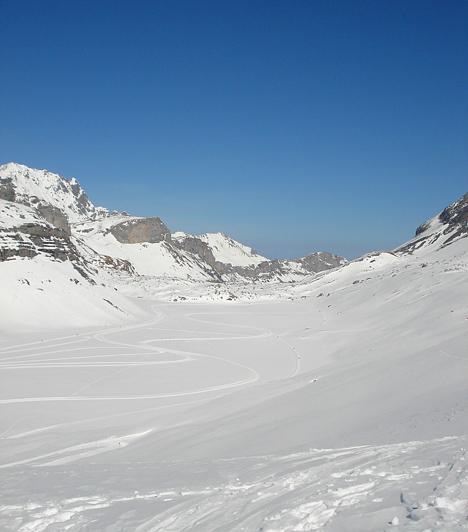 A Gemmi-hegy tetején lévő Daubensee tóból a téli hónapokban nem sok látható. A fehér hó és a kék ég összhatása azonban így is gyönyörűnek mutatja a tájat.