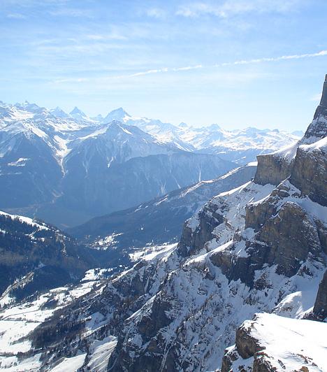 A Leukerbad fölötti Gemmi-hegy csúcsáról szép időben egészen lenyűgöző kilátás nyílik a szomszédos hegyekre.