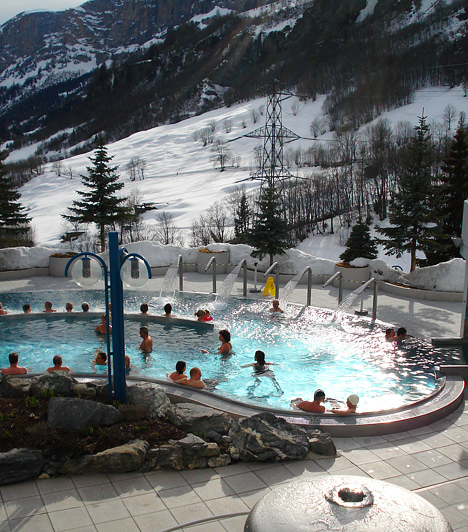 Leukerbad, Európa legnagyobb alpesi gyógyfürdője 65 forrással és 22 – fedett, illetve szabadtéri medencékkel rendelkező – termálfürdővel várja a pihenni, gyógyulni vágyókat.