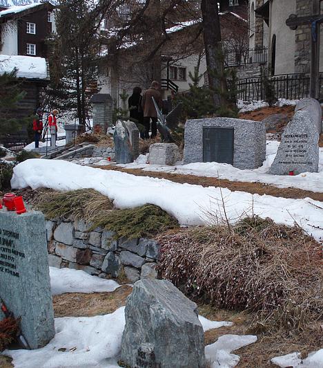 Zermatt városában számtalan sírkő emlékezik a Matterhorn csúcsain életüket vesztett hegymászókra. Sőt, a Matterhorn Múzeumban rengeteg relikviát is találhatsz.