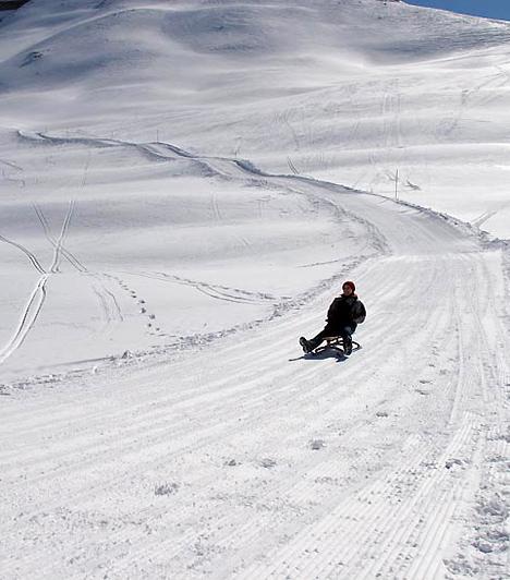 Ha nem tudsz síelni, a szánkópályáknak köszönhetően akkor is felejthetetlen - és olykor kicsit fájdalmas - havas emlékeket szerezhetsz. Például a Gemmi-hegy tetején.