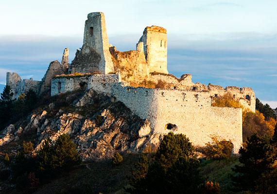 A mai Szlovákia területén található csejtei vár is egy hasonlóan tragikus sorsú asszony által vált széles körben ismertté: itt raboskodott élete utolsó éveiben egy teljesen befalazott, ablaktalan szobában Báthory Erzsébet, majd 1614-ben itt halt meg elborult elmével, kínok között.