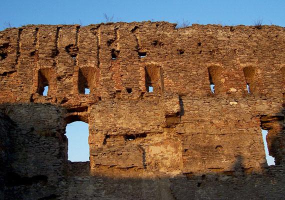 A ballada szerint Kőműves Kelemenné lett az, akinek halála miatt még ma is áll a vár, a történettel emellett a vár nevét is összefüggésbe hozták, az ugyanis szláv nyelven lányt jelent. Ha még többet szeretnél tudni a történetről, kattints ide!