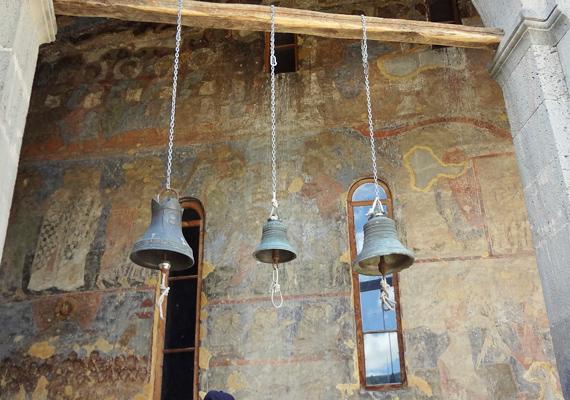 A templomhoz természetesen harangok is tartoznak. Ezek köszöntik a látogatókat, akik a templom belsejét szeretnék megtekinteni.