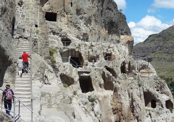 Nincs egyszerű helyzetben, aki szeretne körbenézni. Több tucat lépcsőt megmászva lehet csak feljutni a barlangkolostor első szintjére, nem beszélve a másik hatról.