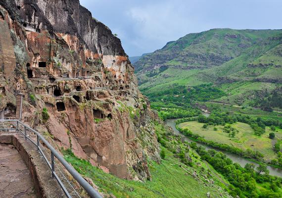 A történelmi adatok szerint a kolostort és a várost a mongolok támadása ellen építették. A hegyről a környező terület jól belátható volt, ráadásul a Mtkvari is védelmi vonalat nyújtott.