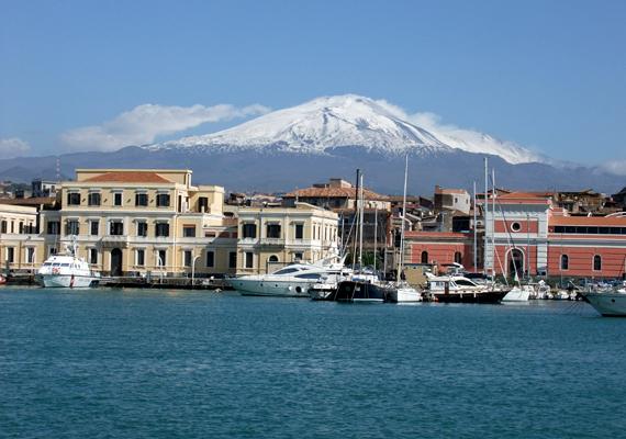 A szicíliai Catania fölé a még mindig aktív Etna magasodik vészjóslóan. Itt 300 ezren élnek.