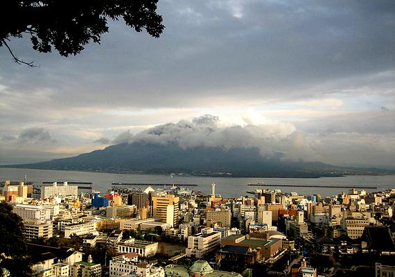 A japán Kagosimát a keleti világ Nápolyának is nevezik, mivel egy hatalmas vulkán, a Sakurajima árnyékában terül el, mely 1955 óta folyamatosan produkál apróbb kitöréseket. A városban mintegy 680 ezer ember él.