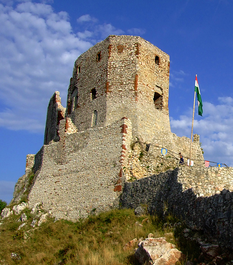 Cseszneki vár  A tatárjárás után építtetett vár hazánk egyik legszebb részén, a Bakony Győr és Zirc közötti lankáin foglal helyet. Az Esterházy grófok a 18. században barokk kastéllyá alakították át, egy földrengés, majd tűzvész következtében azonban a romok ma a 16. századi állapotot tükrözik.