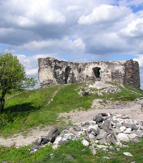 Csobánc vára  A Veszprém megyei Csobánc-hegyen található, 13. századi romokhoz a kilátás miatt is érdemes felkapaszkodni, nem beszélve a történelmi hangulatról, mely több költőt és írót is megihletett. A vár a kuruc-labanc harcok során pusztult le jelentős mértékben, ám restaurálására ma is nagy hangsúlyt helyeznek a helyiek.  Képgalériánk az Országalbum.hu weboldal együttműködésével készült, akiknek ezúton is köszönjük a segítséget.