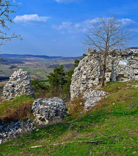 Fehérkő váraA somogyi dombok között rejtőző romok egy 283 méter magas, meredek lankán helyezkednek el, a Kereki nevű falu határában. Az Anjou Károly utasítására épült erőd leghíresebb lakói a Báthoryak voltak, mára azonban már csak restaurált maradványai láthatók az épületnek.