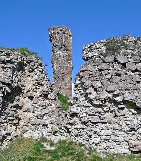 Nógrád váraA híres nógrádi vár a Börzsöny belsejében magasodik a táj fölé. A 11. században építették, így ma hazánk egyik legrégebbi várának számít. 1997-ben részben helyreállították, így ma igazi kuriózumként csodálható meg, emellett gyönyörű panorámát nyújt a környékre.