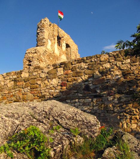 Rezi váraAz azonos nevű település határában, a Keszthelyi-hegység egyik 427 méter magas ormán található a 13. századi vár romja. A vár a középkorban számtalanszor gazdát cserélt, később a törökök kifosztották és felgyújtották. Omladozó falait a 2000-es években kezdték el helyreállítani.