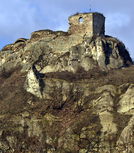 Sirok vára  A Mátra keleti részén található, 13-14. században épült vár Mátyás király adománya volt, idővel pedig Kompolthy Gizellára szállt, kinek alakja állítólag máig a romos falak között kísért, azzal a hét vitézzel együtt, akik a megközelíthetetlen lány miatt harcoltak egymással a végsőkig. Mivel Gizella szerelme is meghalt a baljós éjszakán, ő a vár legmagasabb bástyájáról vetette magát a mélybe.  Kapcsolódó cikk: Emberi arc a magyar sziklán »