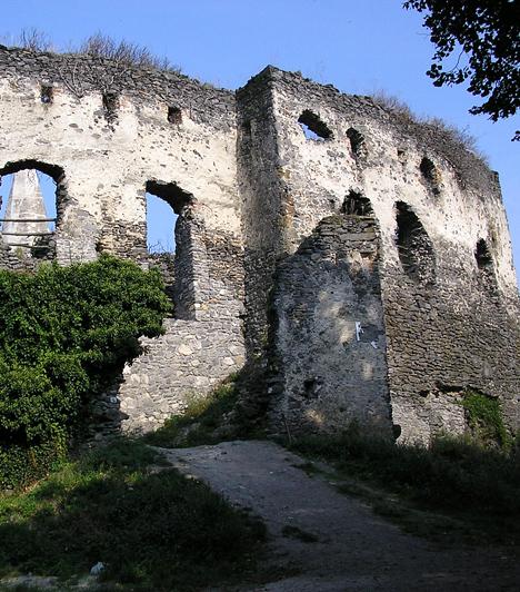 Somlói várA Somló-hegy északi oldalán található várat különleges fekvése teszi igazán vadregényessé, egyik oldalán egy hatalmas árok, a másikon pedig hegy található. A hegy lábától gyalog lehet megközelíteni a várat, útközben pedig a Kinizsi-sziklát sem szabad kihagyni, a legenda szerint ugyanis ezen pihent meg a vár felé haladva a vitéz.Kapcsolódó címke:Várrom »