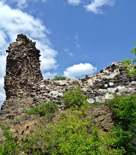 Szanda váraA ma igen romos állapotban lévő Szanda vára egykor a Cserhát egy 554 méteres vulkáni kúpján magasodott. Nem tudni, pontosan kik építtethették, az azonban biztos, hogy egy ideig a Báthoryak tulajdona volt, mint ahogy az is, hogy a törökök később elfoglalták.Kapcsolódó galéria:A világ 15 titokzatos romvárosa »
