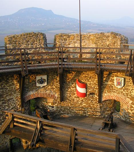 Szigligeti várA Balaton-felvidék vulkanikus tanúhegyeinek felejthetetlen látványához az egyikükön magasodó szigligeti várrom is szorosan hozzátartozik. Az egykor szigetként funkcionáló magaslat 13. századi, a török dúlás során fontos védelmi szerepet játszó épületének legrégibb részeit még a bencések emelték.