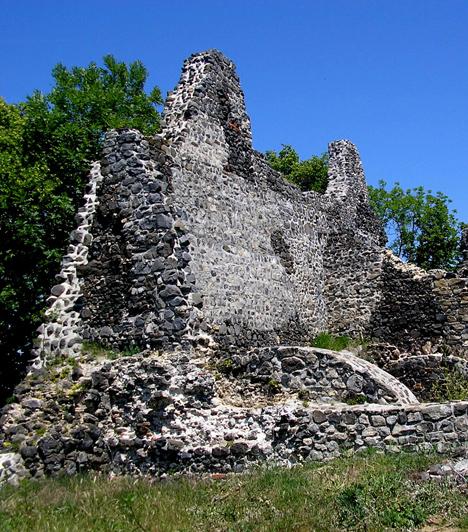 Tátika-várA Balaton-felvidéken, a Keszthelyi-hegységben található vár a történészek szerint az ország egyik legkorábban épült magánvára. A középkori épületet a 16. században a törökök igyekeztek porig rombolni, a romok területén azonban folyamatosak a restaurálások, hogy a látogatók a jövőben is gyönyörködhessenek benne.Kapcsolódó cikk:3 titokzatos, kísérteties romépület itthon »