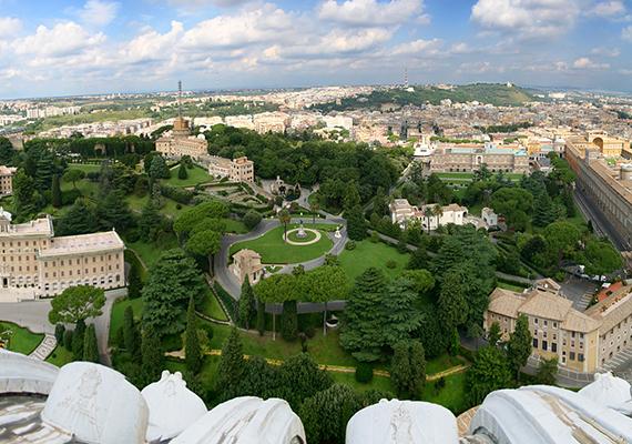 A Vatikán területének jelentős részét teszik ki a gyönyörű vatikáni kertek, amelyeket 1279-ben kezdtek el kialakítani. Bár korábban nem lehetett látogatni a kerteket, egyes részeik ma már a turisták előtt is nyitva állnak.