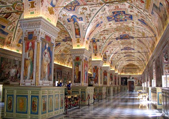 A Vatikáni Könyvtár is világhírű, hiszen egyike a világ legrégebbi könyvtárainak, amely olyan híres darabokat tudhat a magáénak, mint a legrégebbi Biblia-kézirat. Ha még több érdekességre vagy kíváncsi, kattints ide, és ismerd meg a titkos levéltárat is!