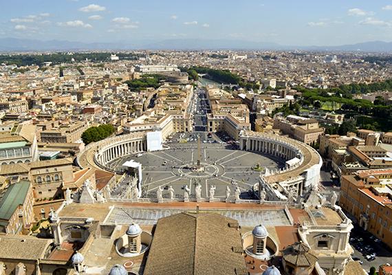 A látványos vatikáni Szent Péter tér léte a templom megépítése után vált szükségessé, hiszen kellett egy olyan hely, ahol a hívek figyelemmel követhetik az egyházi eseményeket. A jelképessé vált tér és az ott egybegyűlt tömeg sokak számára az egész világot és a hit egyetemességét szimbolizálja, nem véletlen, hogy karácsonykor és húsvétkor a pápa az itt összegyűlt tömegnek mondja el urbi et orbi áldását Rómára és a világra.