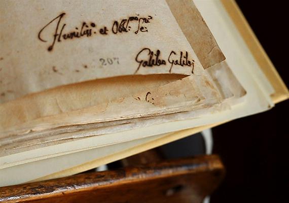 Az összeesküvés-elméletek előszeretettel emlegetik a Vatikáni Titkos Levéltárat is, miszerint ott korántsem csak hivatalos egyházi iratokat, levelezéseket és nyilvántartásokat őriznek. A százezer dokumentumra becsült forrásanyag jelentős része máig feldolgozatlan, a levéltár egy része azonban látogatható, legalábbis azok számára, akik rendelkeznek kutatói engedéllyel. Volt továbbá példa arra is, hogy kiállítást rendeztek a levéltár anyagából, amire remélhetőleg a jövőben is sor kerül majd. A képen a levéltár egyik leghíresebb dokumentumának, Galilei peranyagának egy részlete látható, de itt őrzik például azokat a leveleket is, amelyeket VIII. Henrik házassága ellen írtak, továbbá több, a holokauszttal és a második világháborúval kapcsolatos írást is. Ha többet szeretnél tudni a levéltárról és anyagáról, kattints ide!