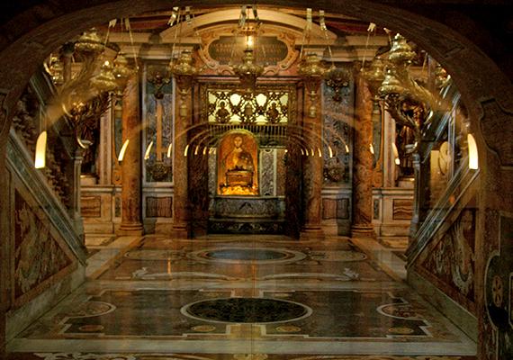 A vatikáni Szent Péter-bazilikát az első apostol és egyházalapító, Szent Péter sírjára építették, akinek földi maradványai máig a bazilika alatt találhatók. Előzetes bejelentkezéssel látogatható is a sír, emellett arra is volt már példa, hogy Szent Péter csontjait a nyilvánosságnak is megmutatták - 2013-ban például ez volt a Hit évének záróeseménye. A kép közvetlenül a sír fölött készült.
