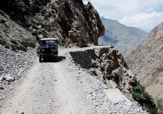 A pakisztáni Fairy Meadows Road nagyjából tíz kilométeren fut át a Nanga Parbat-hegyen. Az instabil kavicsos út meredeken kanyarog végig a szakadék mentén, korlátja nincs, ezért kizárólag dzsippel járható, de még azzal is nagyon veszélyes.