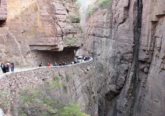 A kínai Taihang-hegységen fut a Guoliang Tunnel Road, ami mindössze négy méter széles. Az 1200 méter hosszú alagutat öt évig építették, de már a munkálatok során is többen életüket vesztették a veszélyes terepen.