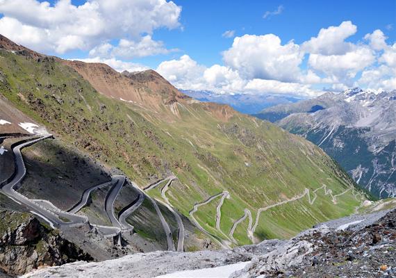Az olaszországi Stelvio Pass Road az Alpok keleti részének legmagasabb hágóján vezet keresztül. 48 hajtűkanyarjával az egyik legveszélyesebb út a világon.