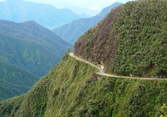 A bolíviai Yungas Road keskeny szakadékfalán, ami közel 70 kilométeren át húzódik, évente két-háromszáz ember veszti életét. Nem véletlen, hogy a halál útjának is szokták nevezni.